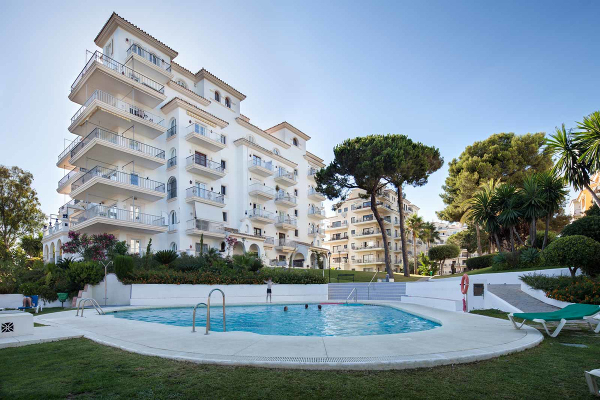 Duplex penthouse with 3 bedrooms and 2 bathrooms and direct access to the beach, located in Andaluci,Spain
