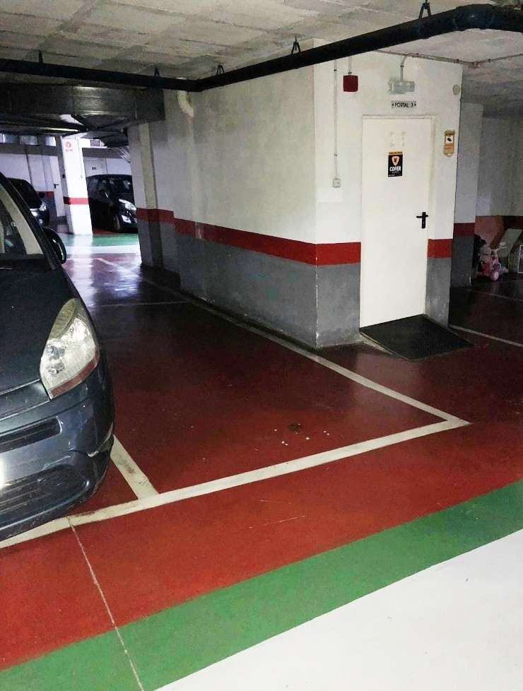 Parking space located in central area of Malaga, near universities and Hospital Clinico. Very  easy ,Spain