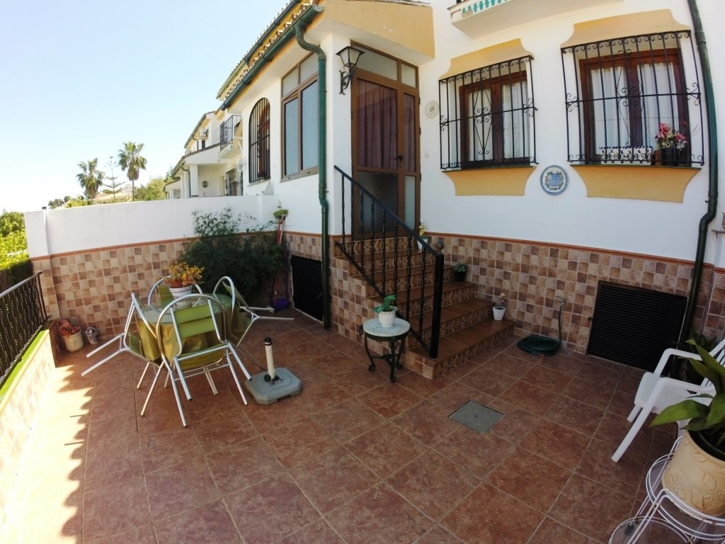 For sale a town house  with a large front yard with 1 parking space,  close to  schools, supermarket,Spain