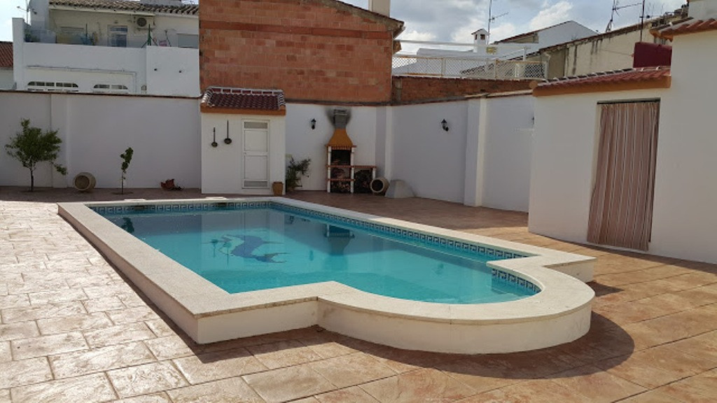 BRAND NEW AND SPECTACULAR COUNTRY HOUSE TO SALE AT 100 METRES FROM THE TOWN HALL, built on a 735m2 f,Spain