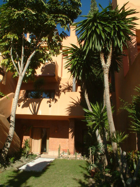 A fine example of a luxurious townhouse on a prestigious complex. This 5 bedroom or 4 bedroom and of,Spain