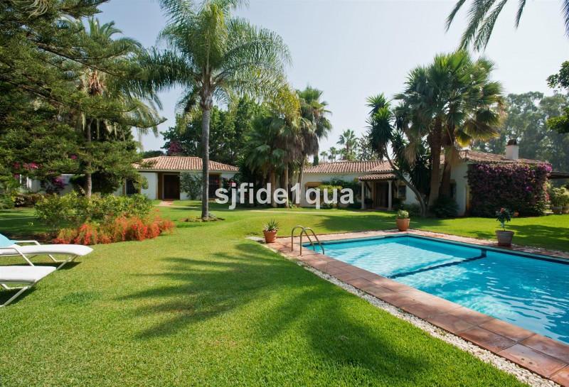 Villa for sale in Guadalmina Baja