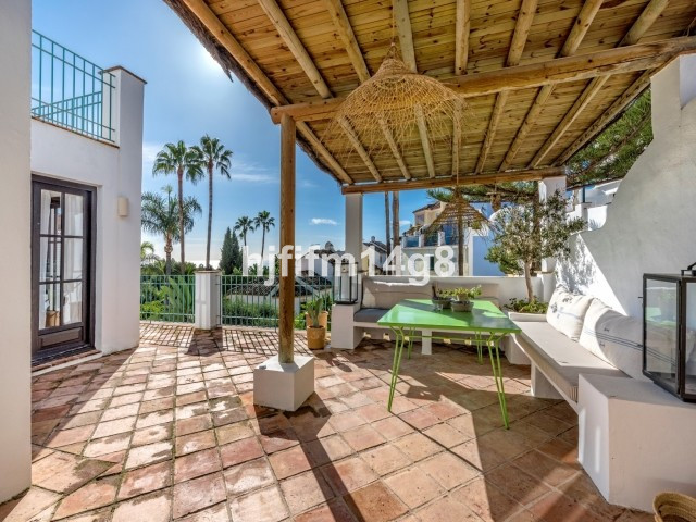 Stunning three bedroom townhouse for sale in Marbella Hill Club. Situated on the gently sloping hill,Spain