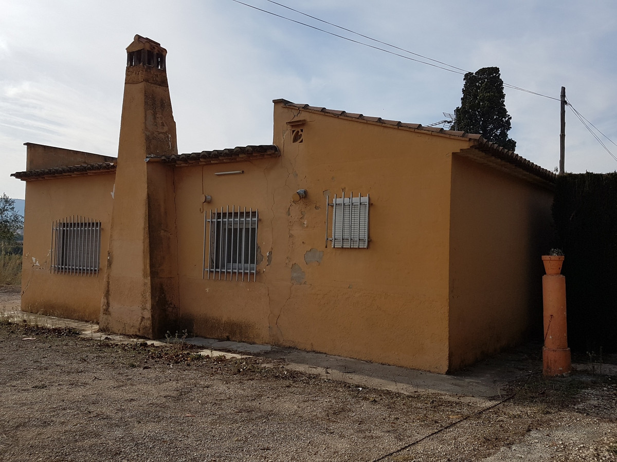 Country house of 65m2 on a plot of 1879m2 with a variety of trees.  Quiet location, good access road,Spain