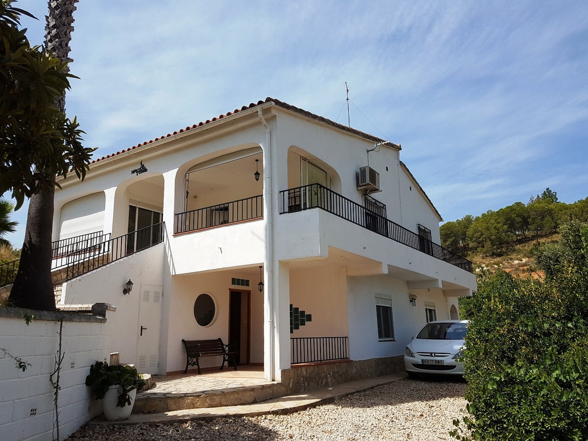 Well presented and lovely country house of 276m2 for sale in Xativa. 3 different entrances, fenced p,Spain