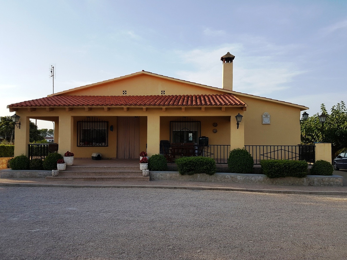 Lovely and well maintained 4 bedroom country house in Agullent. Very good access road and quiet loca,Spain