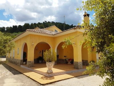 Very well maintained country house of 368m2 on a fenced and walled plot of 2673m2 with electric gateSpain