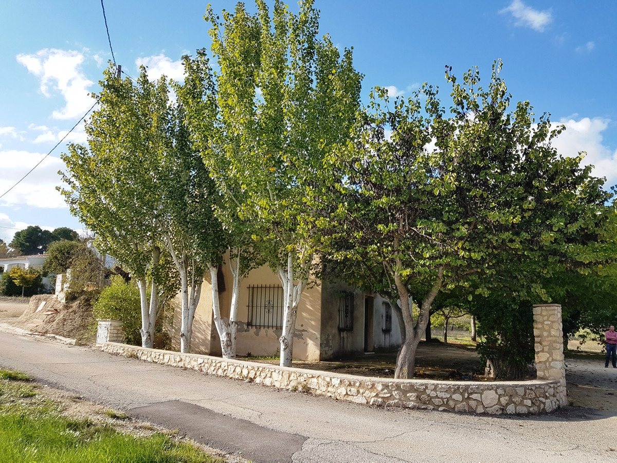 Country house of 100m2 on a plot of 4895m2  in need of updating  . Very private and quiet location, ,Spain