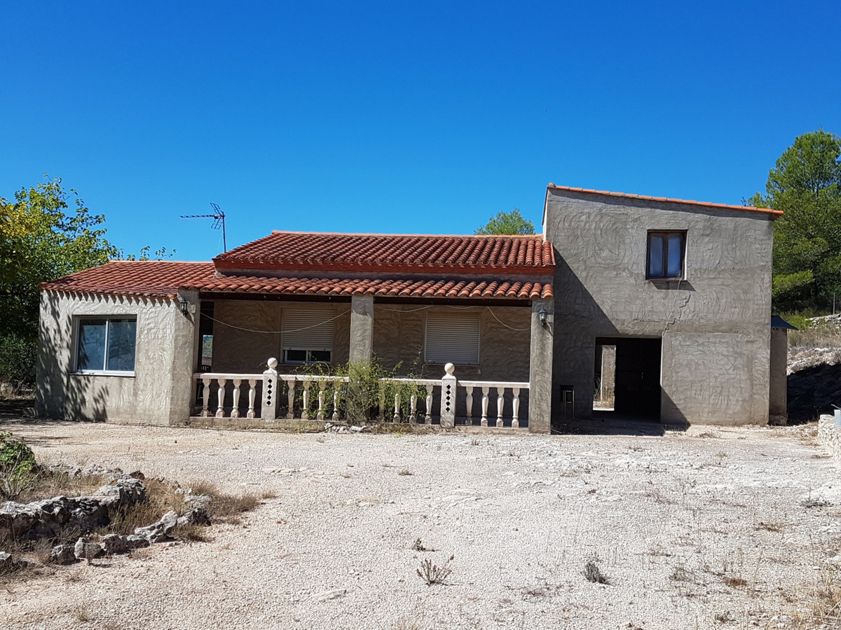 Country house of 174m2 in a very desirable area of Ontinyent with stunning views. On a fenced plot o,Spain