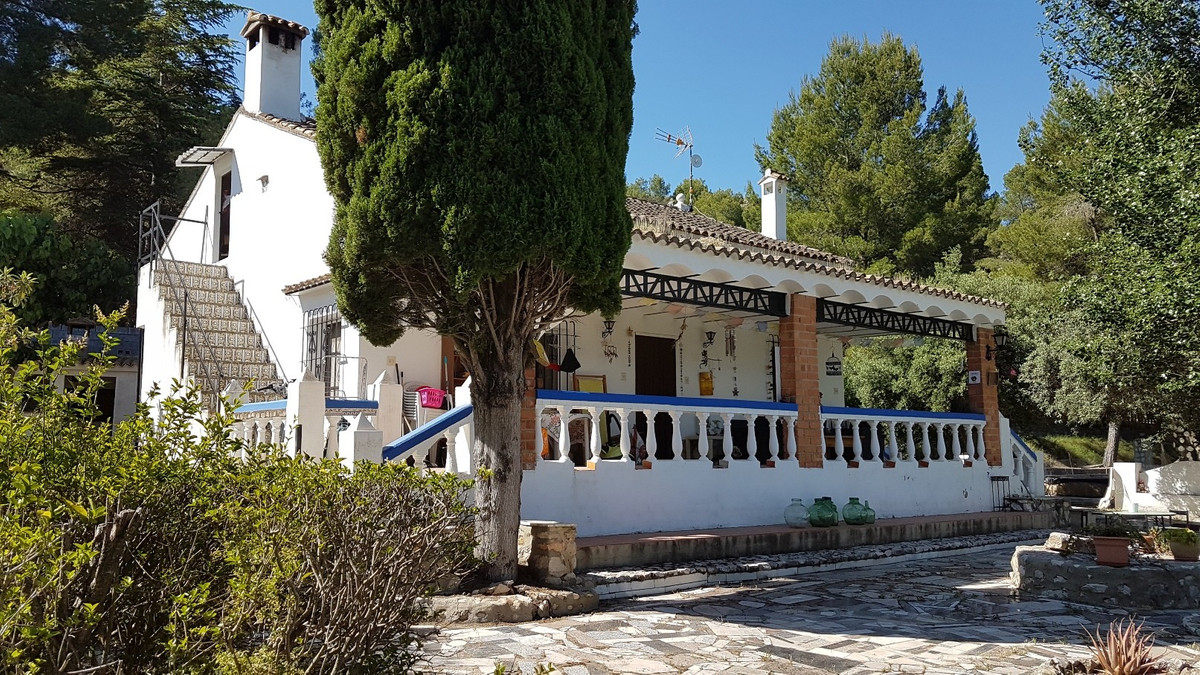 This lovely 3 bed, 1 bath country house of 219m2 built, is located in a lovely, quiet area, with goo,Spain