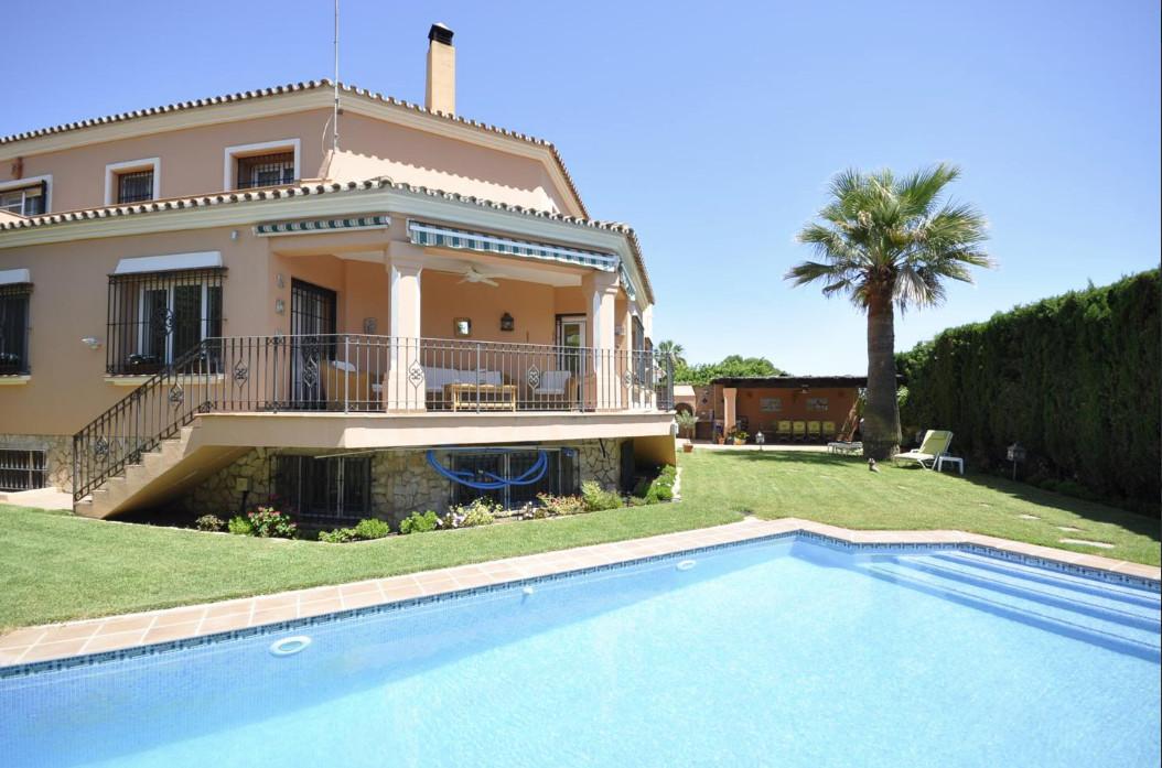 6 BEDROOM VILLA IN THE GOLF VALLEY.- Grand 6 bedroom villa in Atalaya de Rio Verde, next to the golf,Spain
