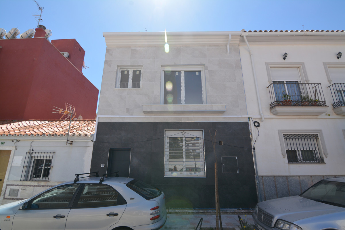 Beautiful semi-detached house on the THIRD LINE OF THE BEACH WITH SEA VIEWS. IT COMES FULLY COMPLETE,Spain