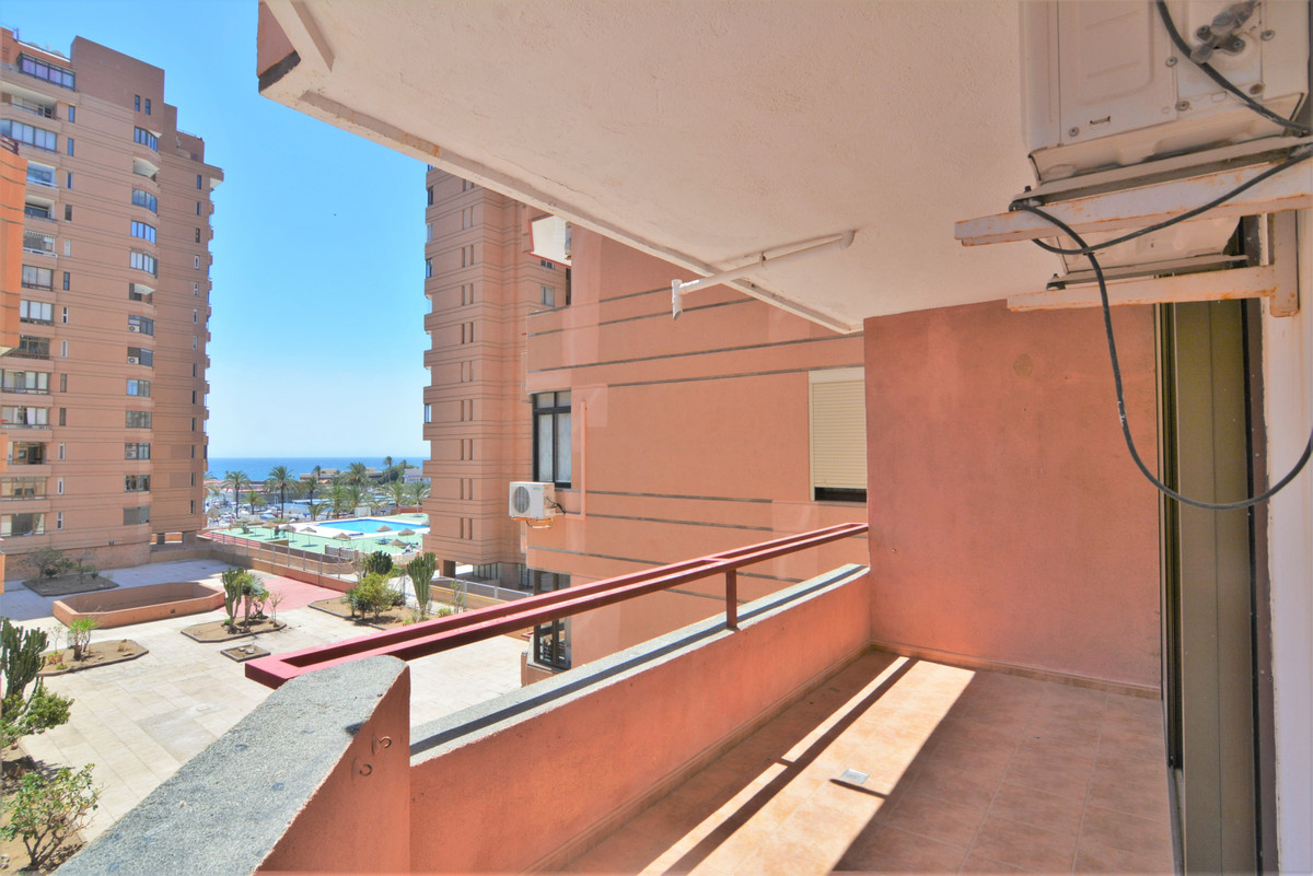 We present you this beautiful apartment located in the center on the second line of the beach in Fue,Spain