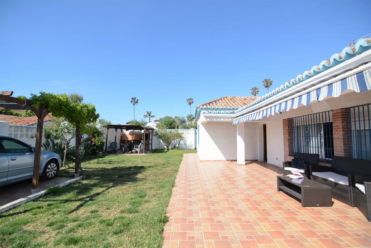 Beautiful independent house 5 minutes walk from Chaparral beach, unbeatable area, very quiet. Idea f,Spain