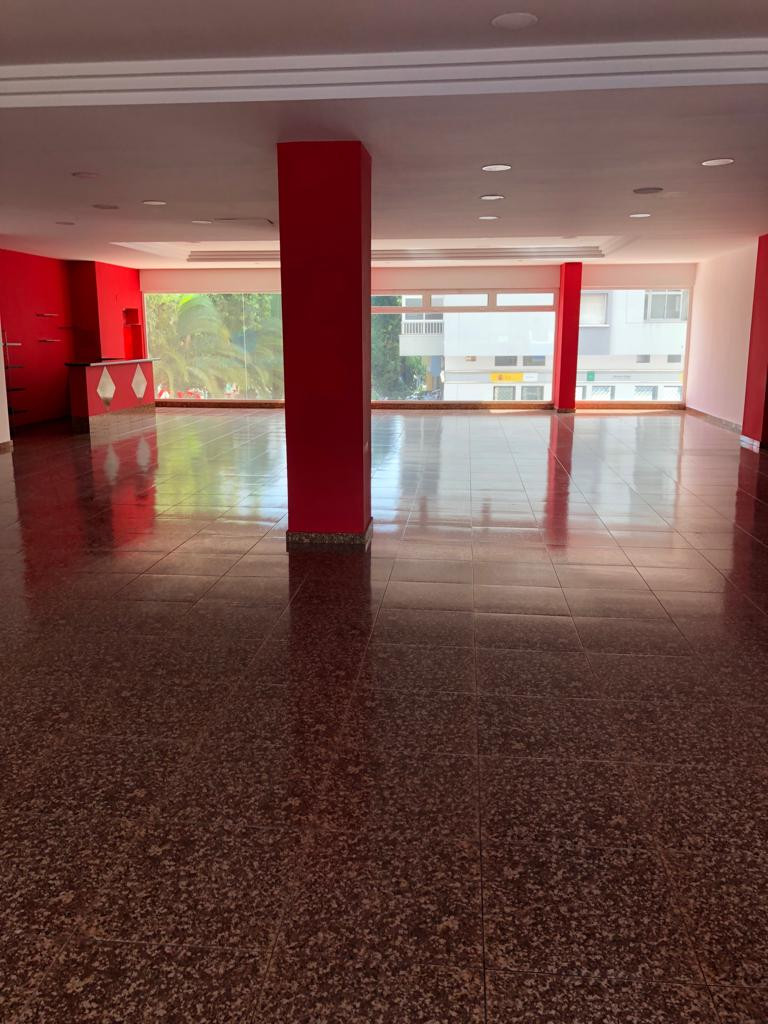 URGENT SALE, PRICE NEGOTIABLE Spacious comercial premises of 236 m2 located in the middle of the comSpain