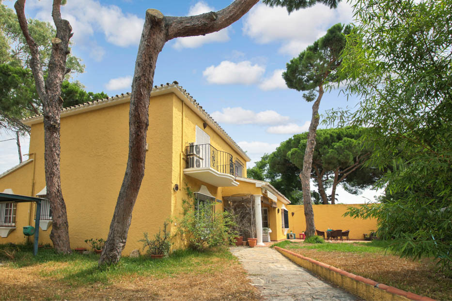 Opportunity! RENOVATION  OPPORTUNITY! Unique chance to purchase a BEACHSIDE  4 bedroom villa in Arto,Spain