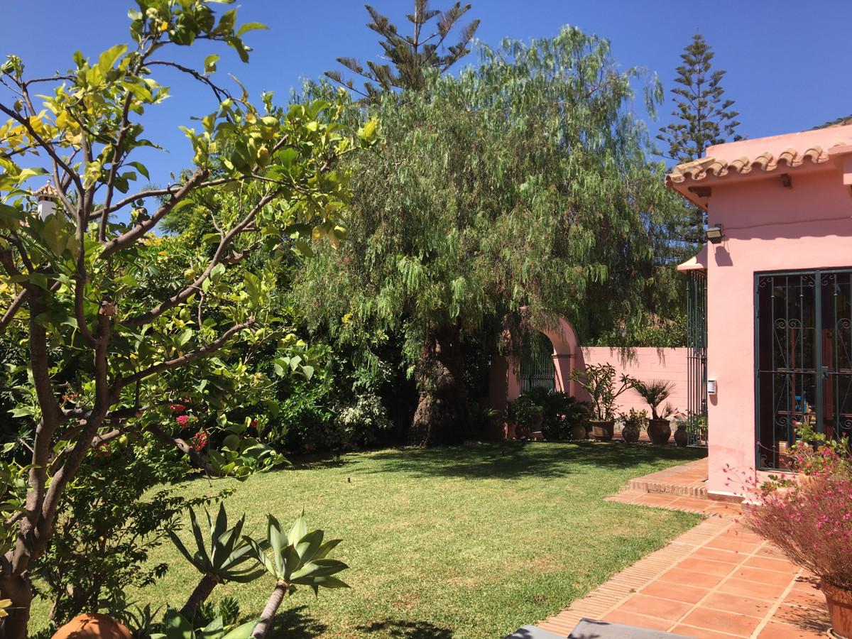 Detached Villa for sale in Los Monteros R3707240