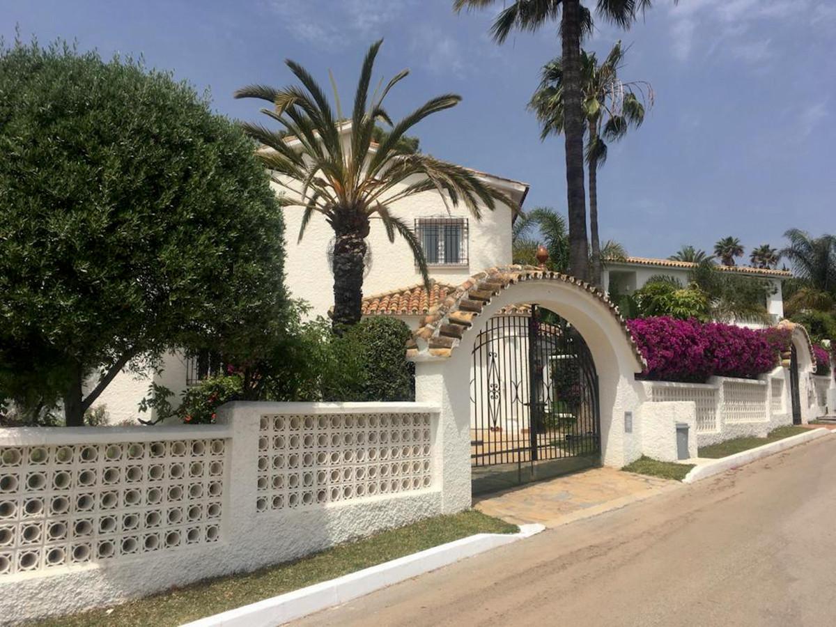 Villa  Independiente en venta   en Los Monteros