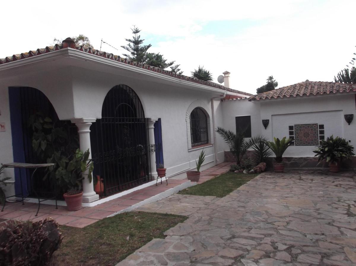 Detached Villa, Estepona, Costa del Sol. 5 Bedrooms, 2.5 Bathrooms, Built 300 m², Garden/Plot 900 m²,Spain