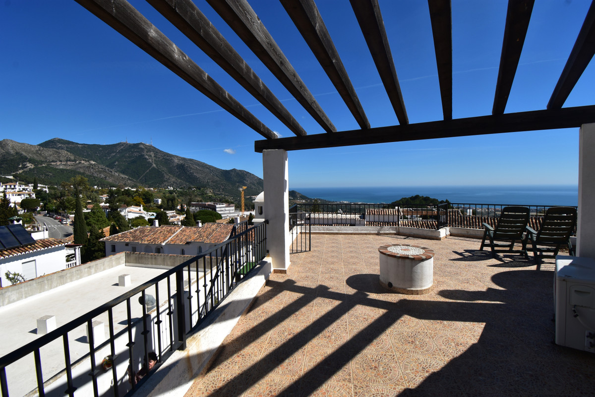 STUNNING SPACIOUS & BRIGHT 2 BEDROOM PENTHOUSE APARTMENT ENJOYING A HUGE ROOF TERRACE WITH PANOR,Spain