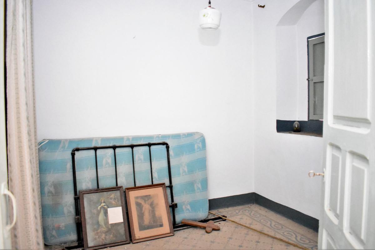 6 Bedrooms - 1 Bathrooms