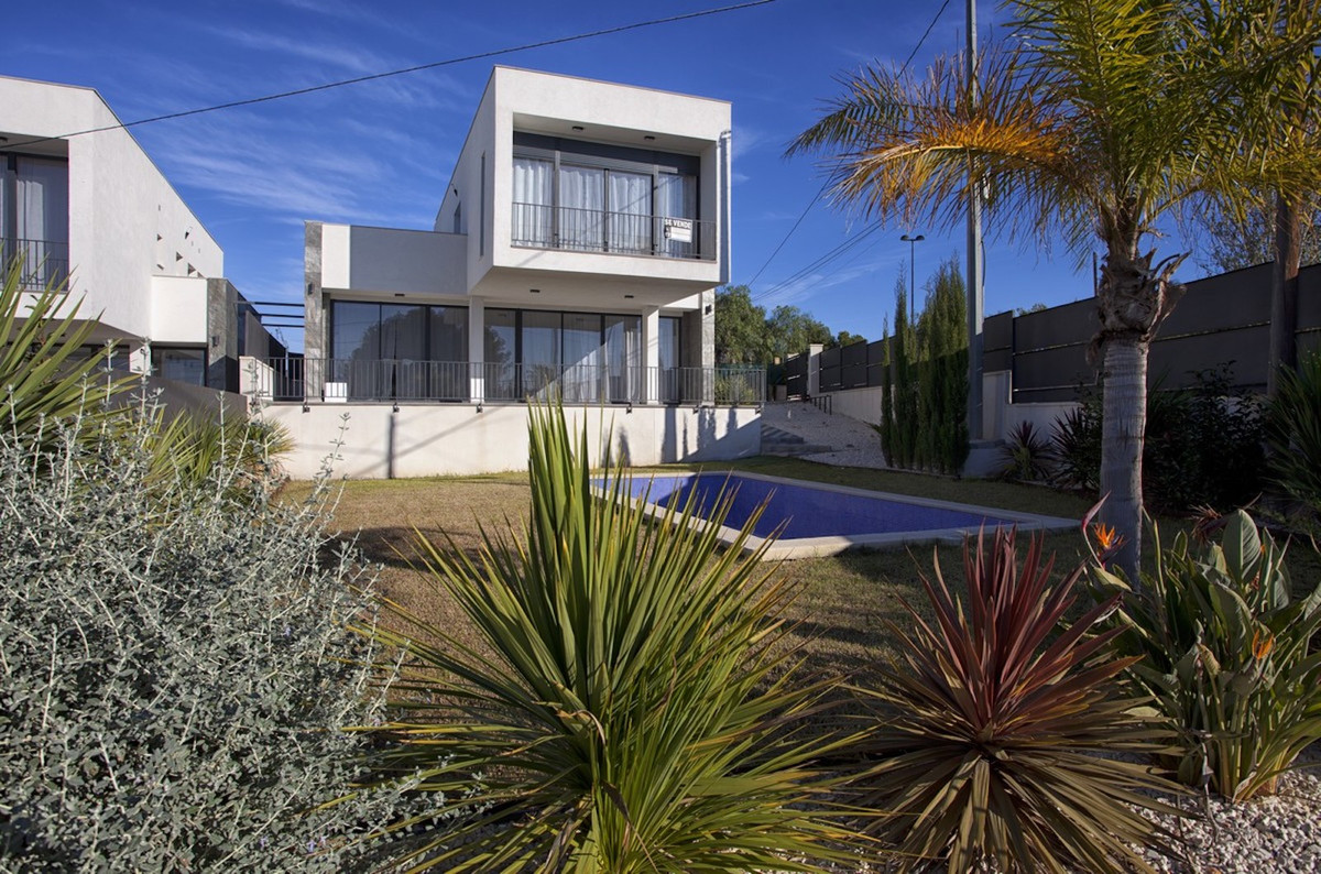 NOW COMPLETED! A fantastic opportunity to become the proud owner of a south-facing new-build villa i,Spain