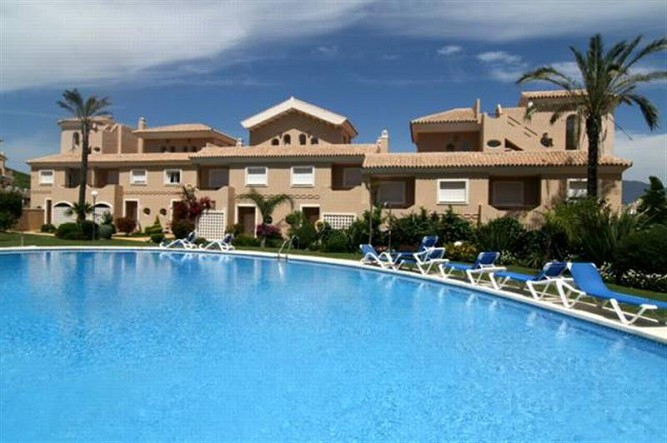 Large modern 3 bedroom townhouse with large front garden + private garage. Modern furniture. Townhou,Spain