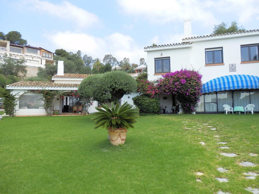 Beautiful villa with 4 bedrooms, 4 bathrooms, 1 en suite and 1 toilet, terrace, with 1,981 m2 plot, ,Spain