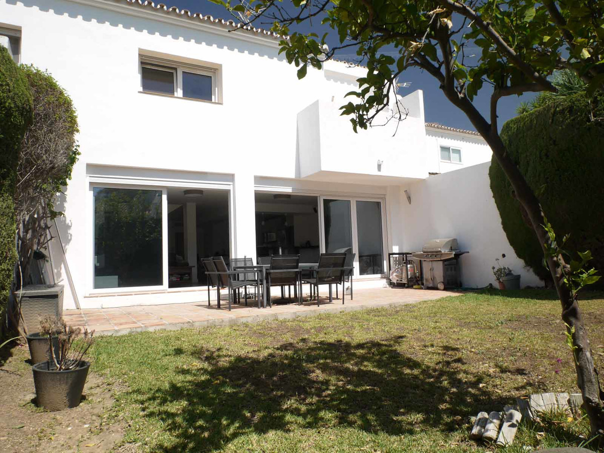 A large light and spacious link attached villa situated in a private gated urbanisation just 6 minut,Spain