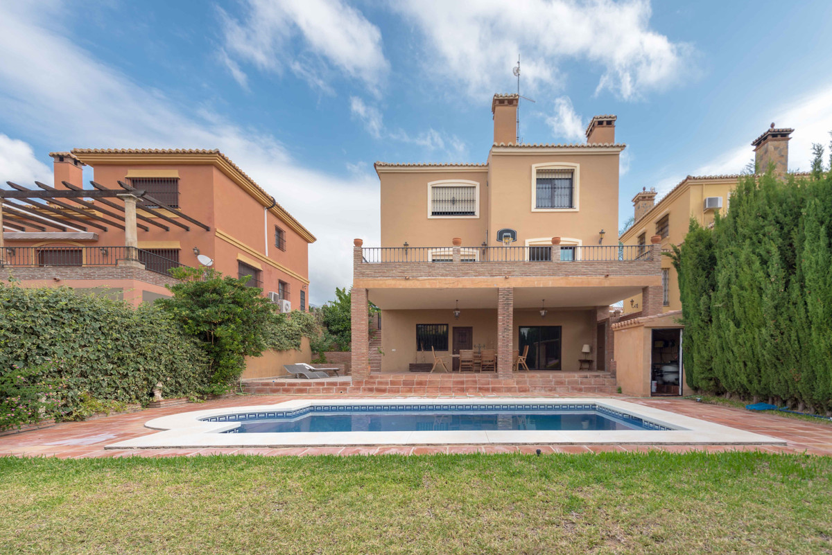 Spectacular independent villa to live fully equipped in the prestigious urbanization of La Sierrezue,Spain