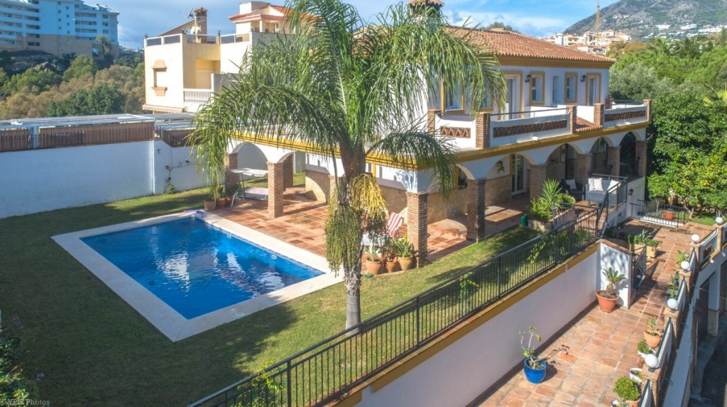 Spacious Villa with guest apartment located in Torreblanca.  The Villa is distributed in 4 floors as,Spain