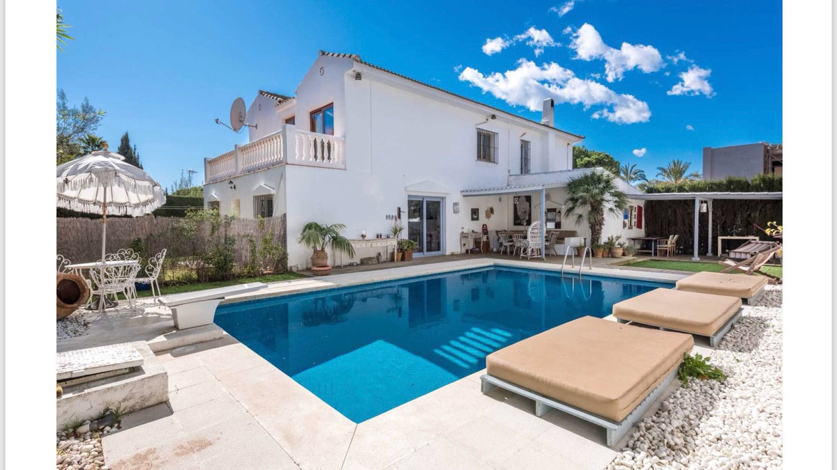 Detached family villa with pool and terraces near Marbella