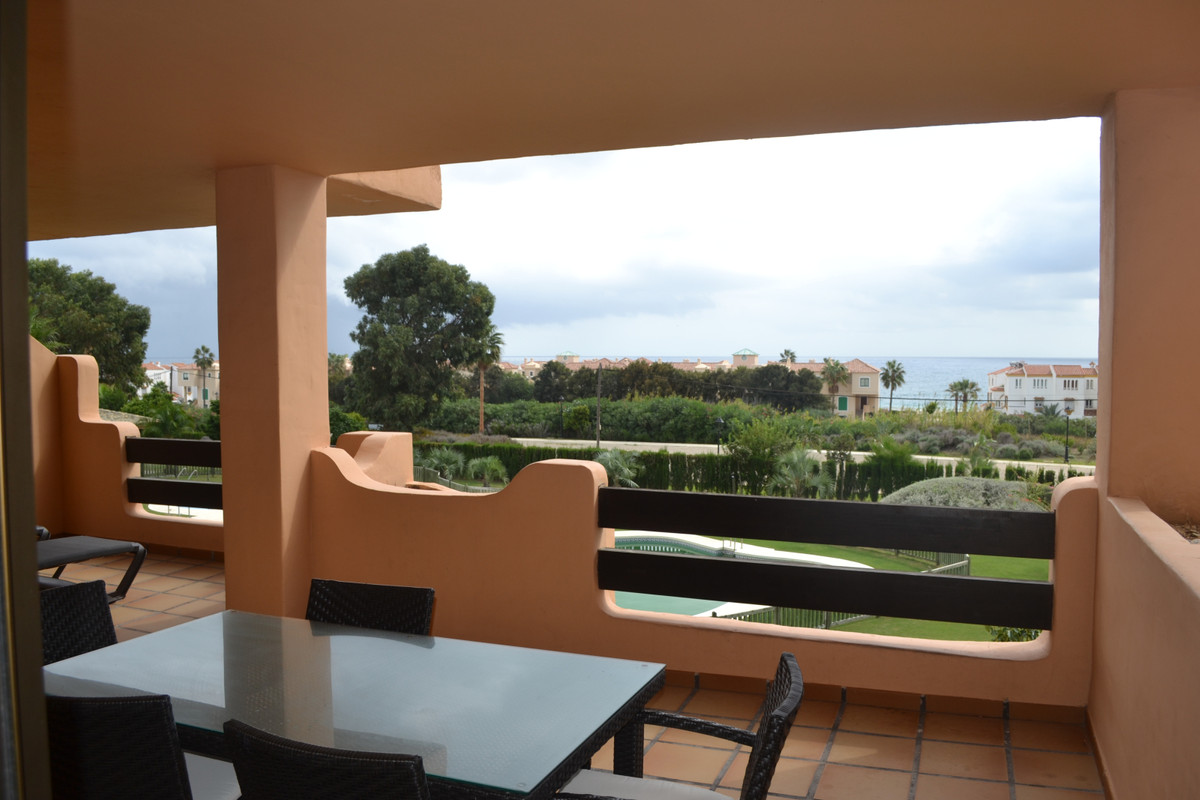 Bright modern 2 bed apartment with sea views