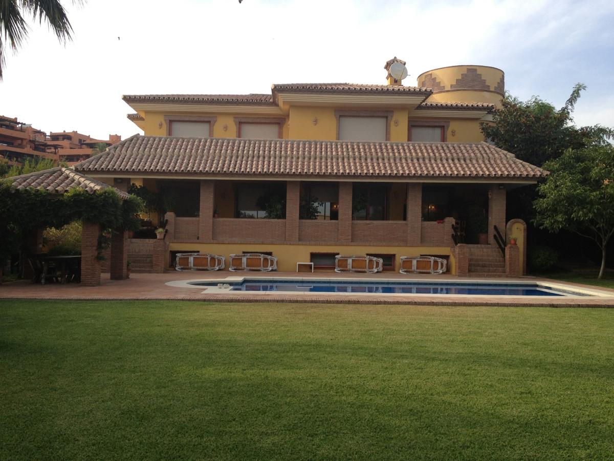 Elegant villa with large garden - walk to the beach