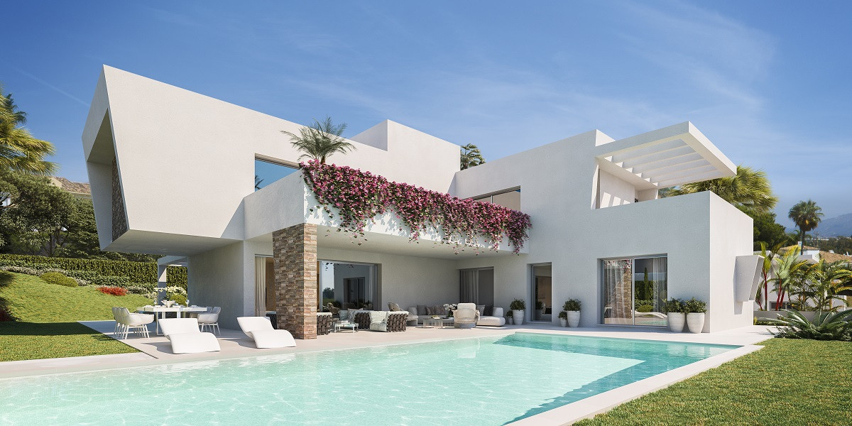 Development with 3 luxury detached villas walking distance to amenities
