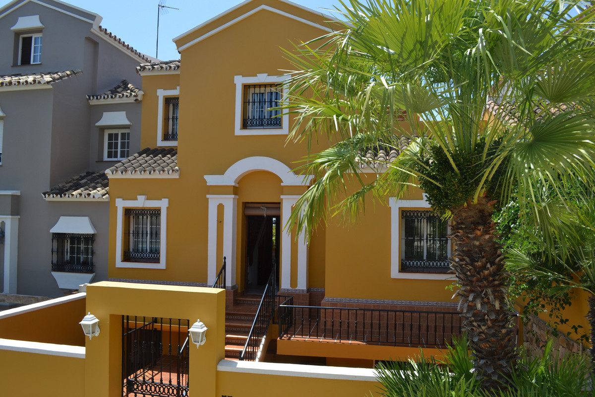 STYLISH ANDALUCIAN TOWNHOUSE WITH LOVELY SEA VIEWS.