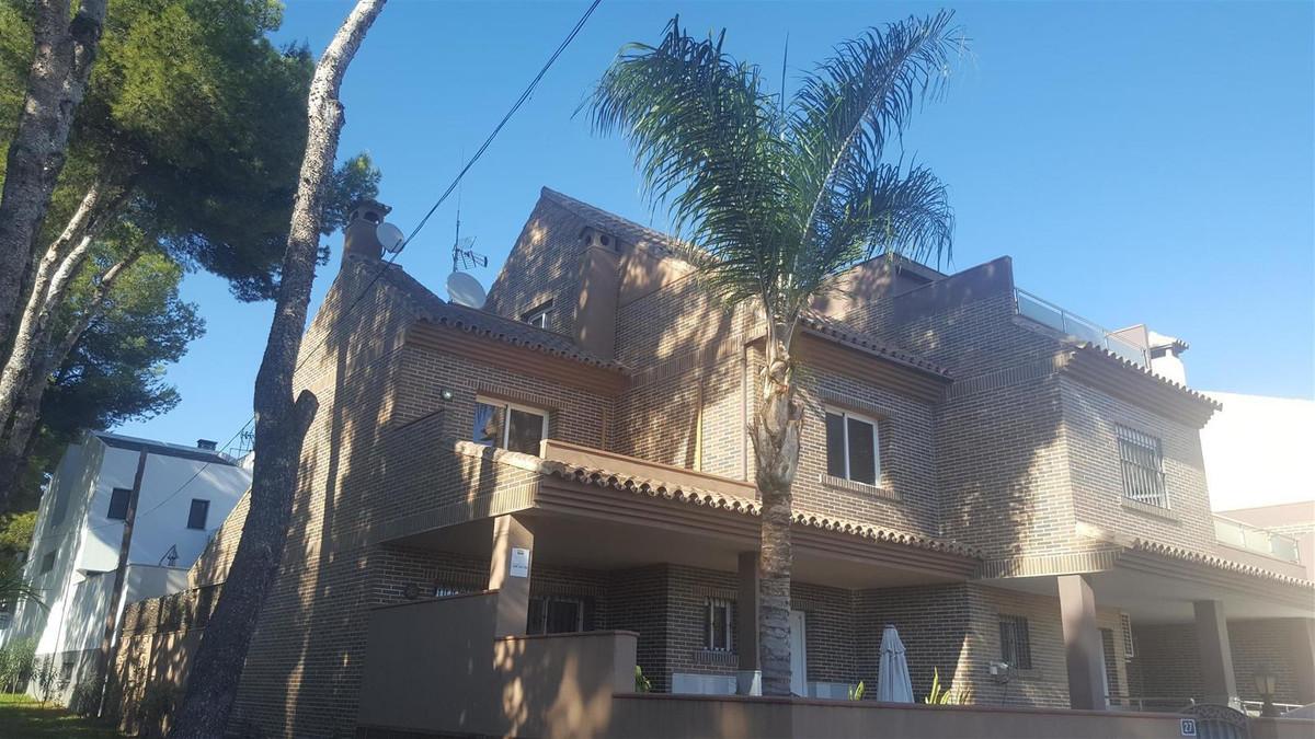 Detached Villa in El Coto R3036074