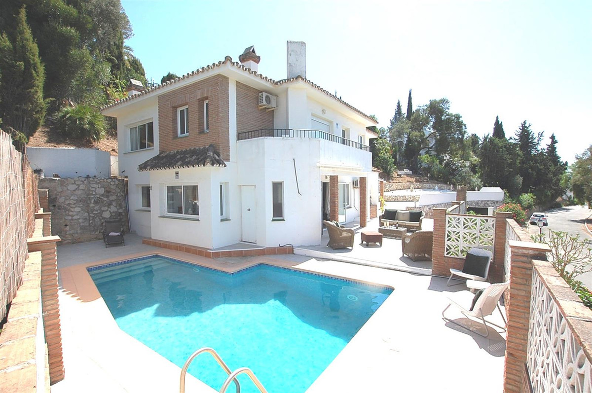 Recently renovated to a high standard we have this lovely   villa offering open plan living with  la,Spain
