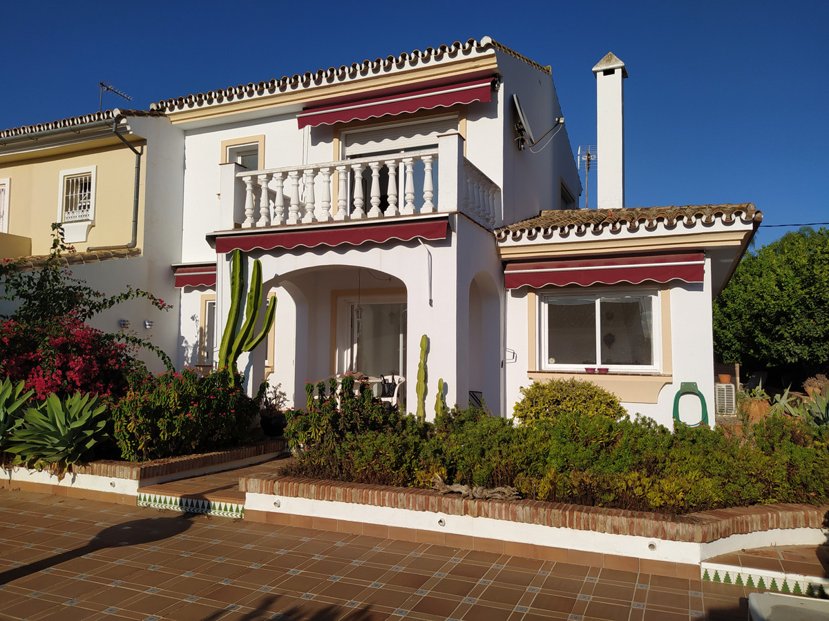 Spacious semi-detached house situated in an attractive neighborhood with community pool, barbeque, c,Spain