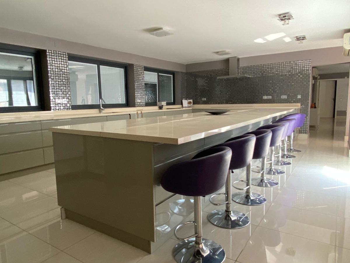 Detached Villa for sale in Artola R3658448