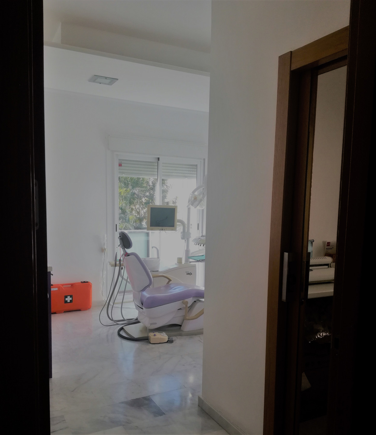 Dental clinic (premises and a company), with all licenses and permissions, fully equipped. Functioni,Spain