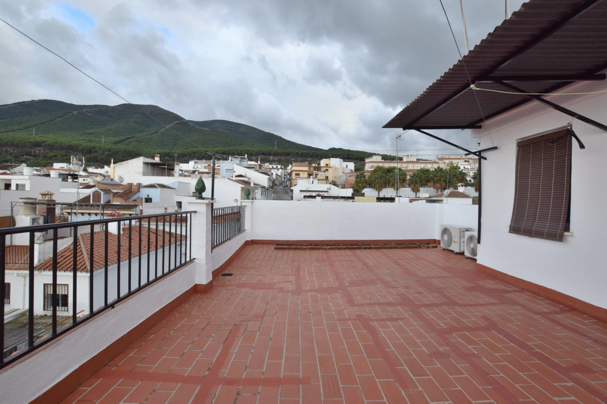 Second floor apartment with no lift Property with 3 bedrooms, 1 bathroom and independent kitchen Sol,Spain