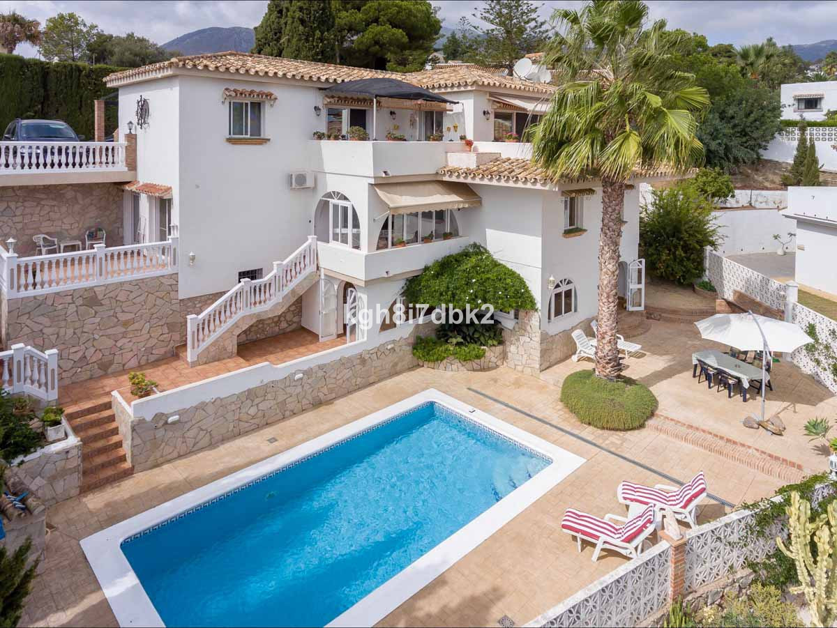 Renovated villa sold fully furnished and equipped. Ready to move in!   East facing with open views. ,Spain