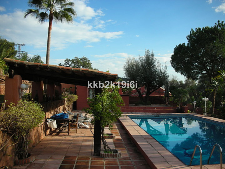 Beautiful villa adapted as a restarant located on the Istan highway, near Manolo Santana´s Racquets ,Spain