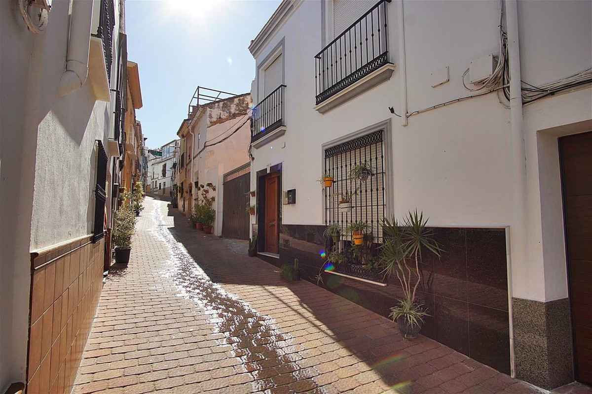 Townhouse located in a pedestrian street in the heart of Coin. This two-storey house offers a lot of,Spain