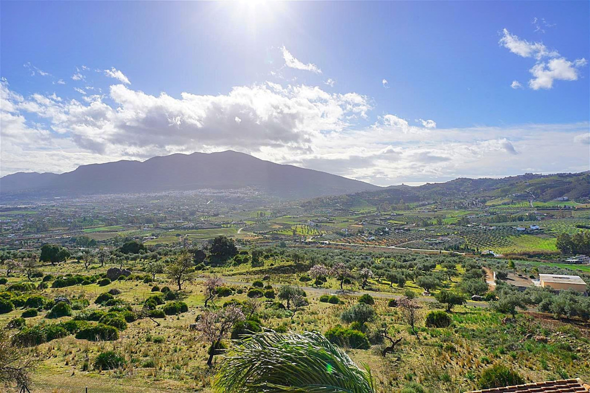 South facing residential plot offering breath-taking panoramic views. Located on the popular urbaniz,Spain