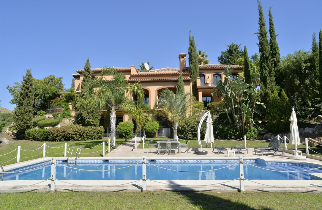 Super front line golf villa with southwest orientation, built with very good qualities in La Alqueri,Spain