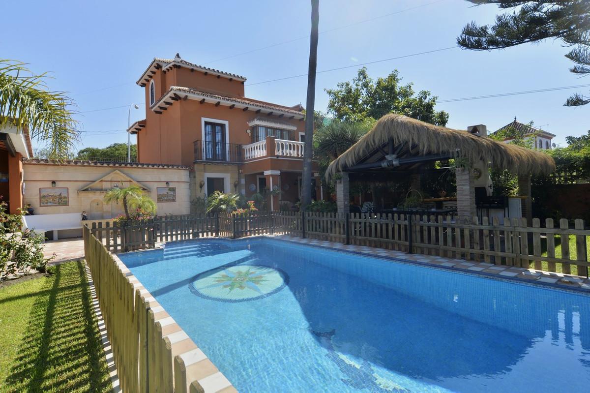 Fantastic villa located on a plot of 562 square meters. Next to Guadalmina Alta and San Pedro de Alc,Spain