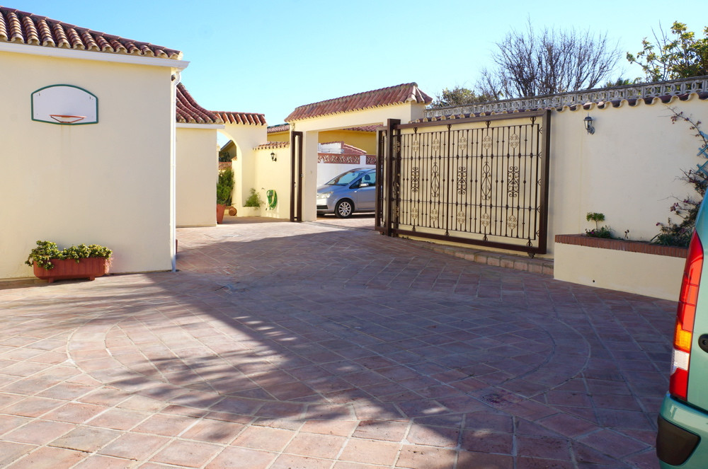 Villa con 4 Dormitorios en Venta Torreguadiaro