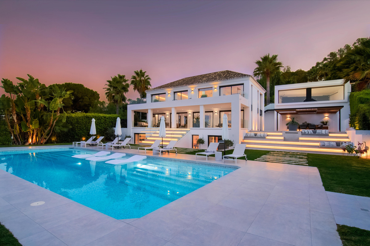 Detached Villa, Nueva Andalucia, Costa del Sol. 5 Bedrooms, 5 Bathrooms, Built 576 m², Garden/Plot 1,Spain